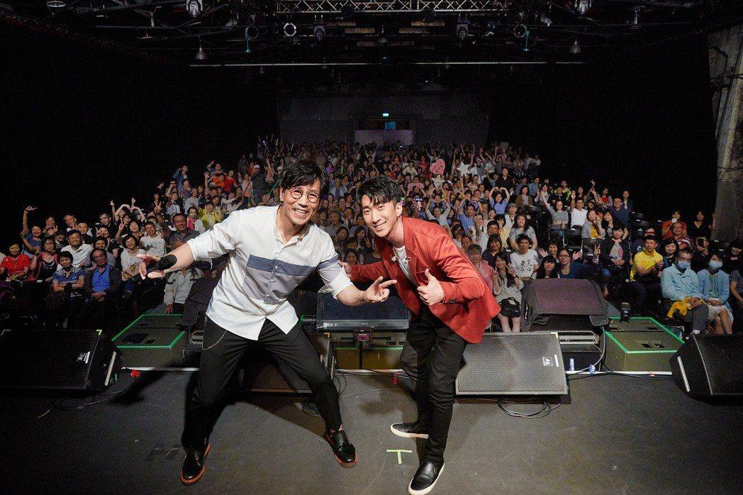 師弟張懷顥(右)跨刀激發羅時豐現場挑戰即興RAP。圖/海蝶音樂提供