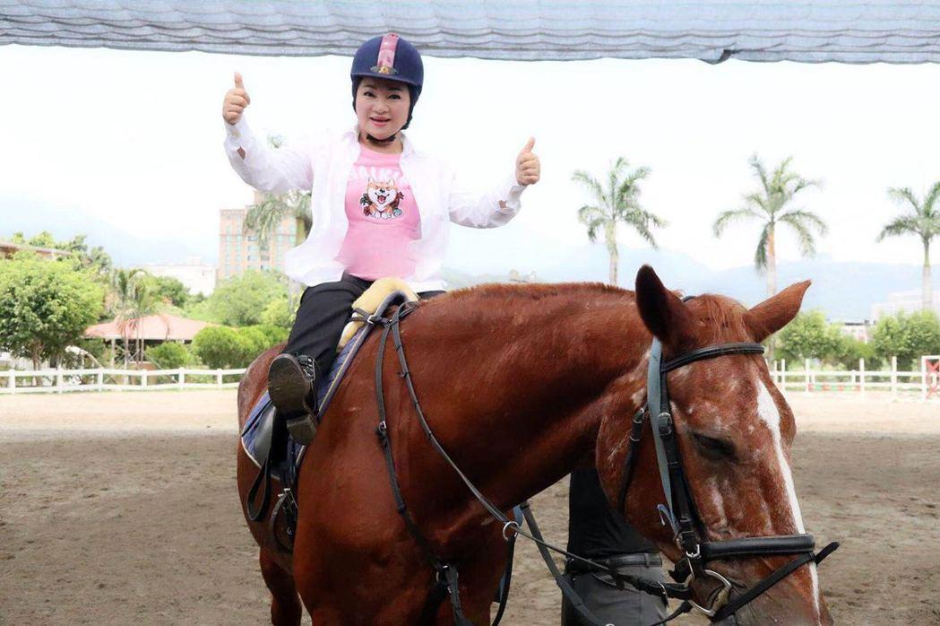白冰冰為拍代言廣告嘗試騎馬。圖/經紀人提供