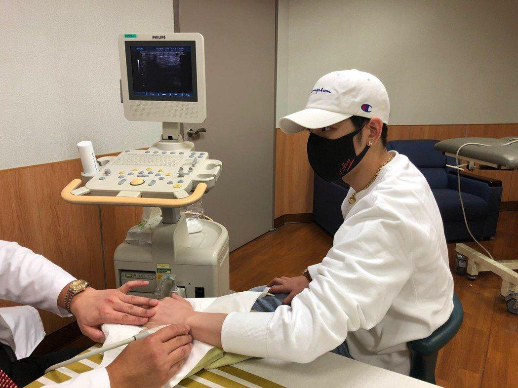 手傷久未癒,蕭敬騰戴口罩急奔醫院。圖/讀者提供