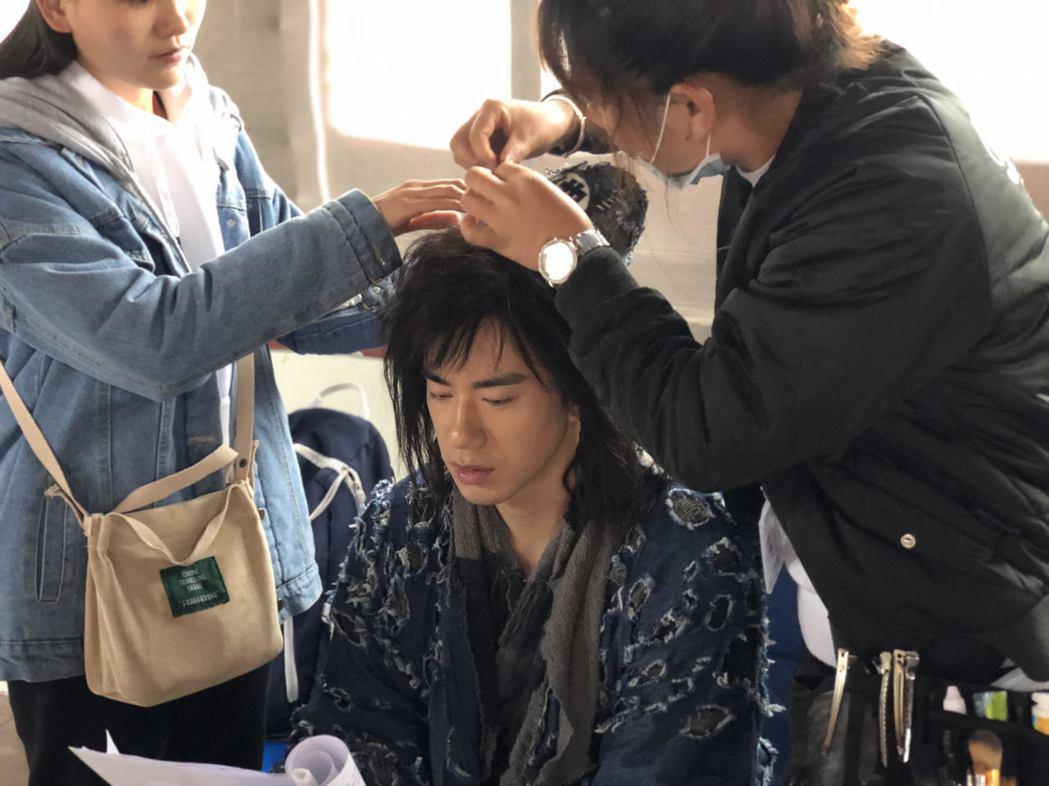 JR演「濟公降魔錄2」每天上戲前戴頭套。圖/天晴娛樂提供