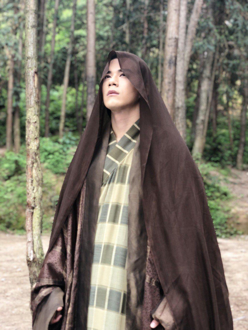 JR演「濟公降魔錄2」,酷暑盛夏穿上古裝拍戲簡直是酷刑。圖/天晴娛樂提供
