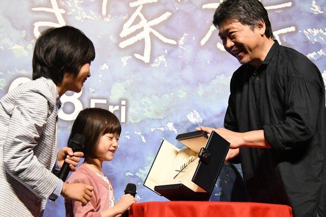 是枝裕和向童星秀出金棕櫚獎。圖/采昌提供
