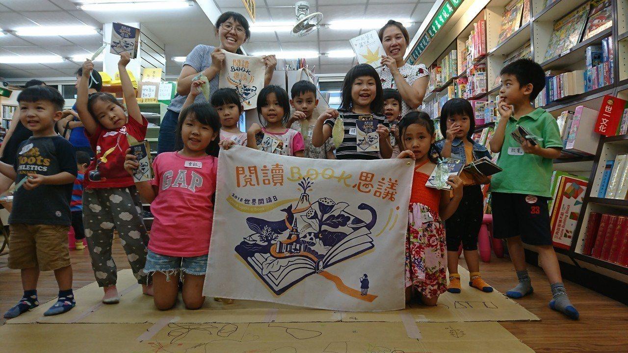羅怡芬(後排左)在書店辦親子活動,推廣民眾親近書店。圖/仁偉書局提供
