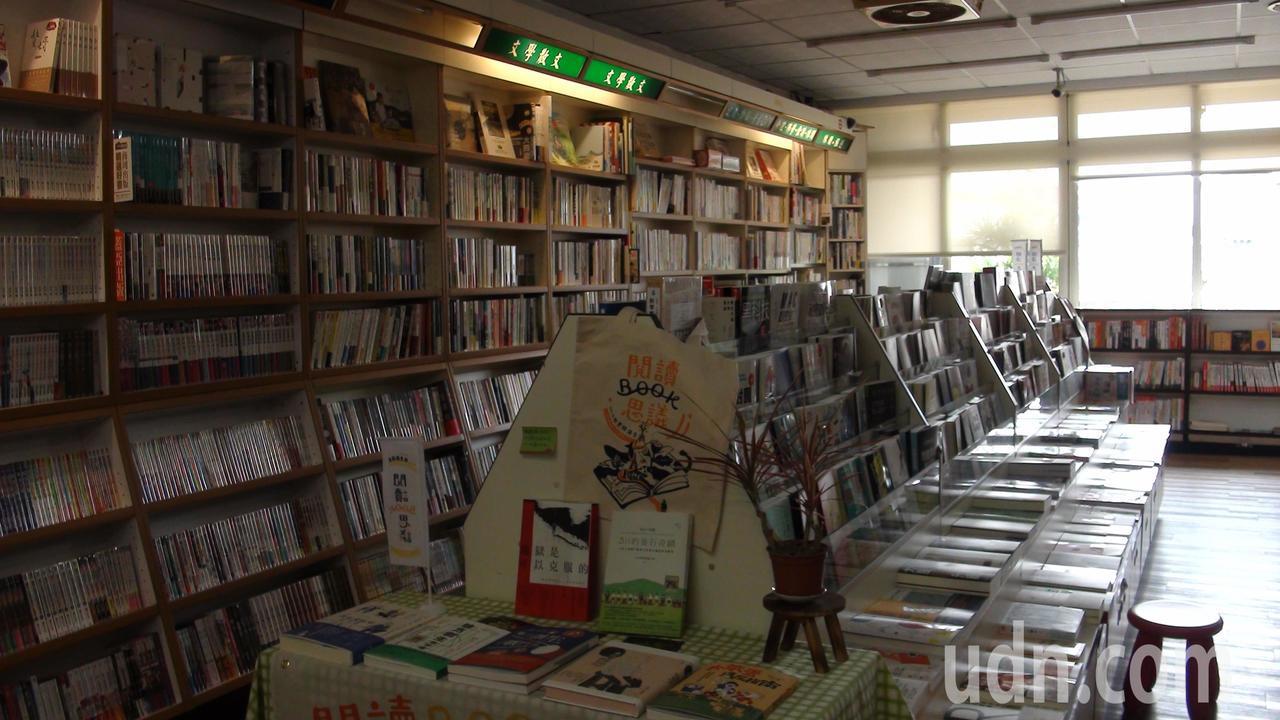 仁偉書局二樓是書籍專區,窗外即可到台一線風景。記者謝恩得/攝影