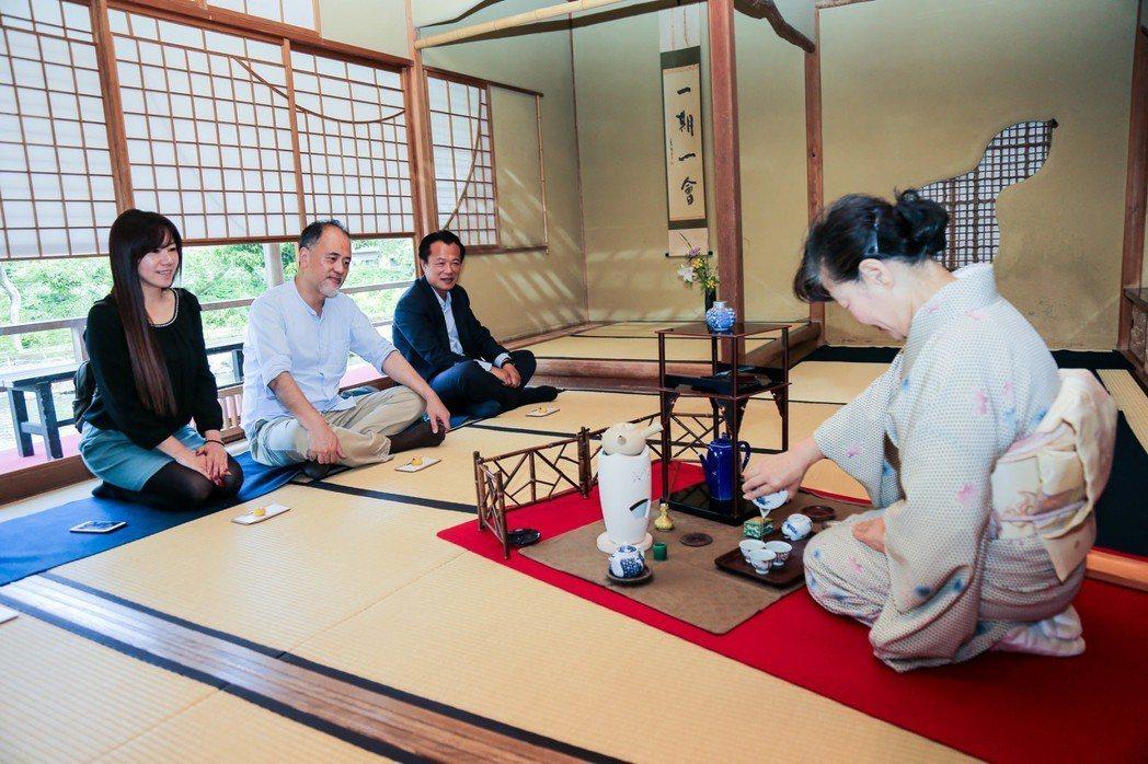 翁章梁訪日本靜岡體驗茶文化。圖/ 翁章梁團隊提供