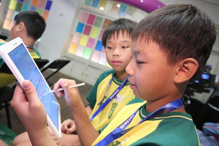 三校學童運用互動教學平台進行線上搶答檢視學習成效。圖/台灣三星電子提供