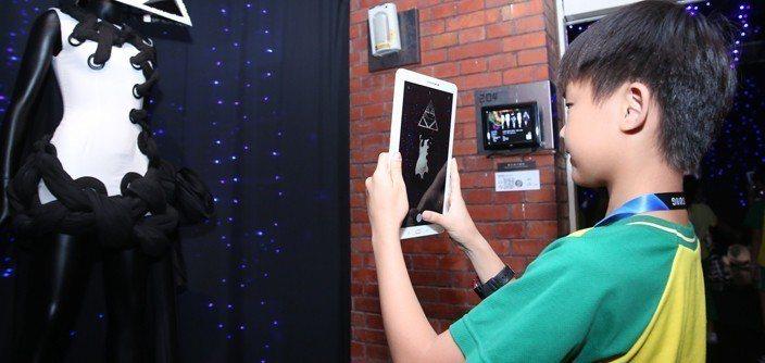 現場桃園石門國小學童透過三星平板拍下藝術家作品。圖/台灣三星電子提供