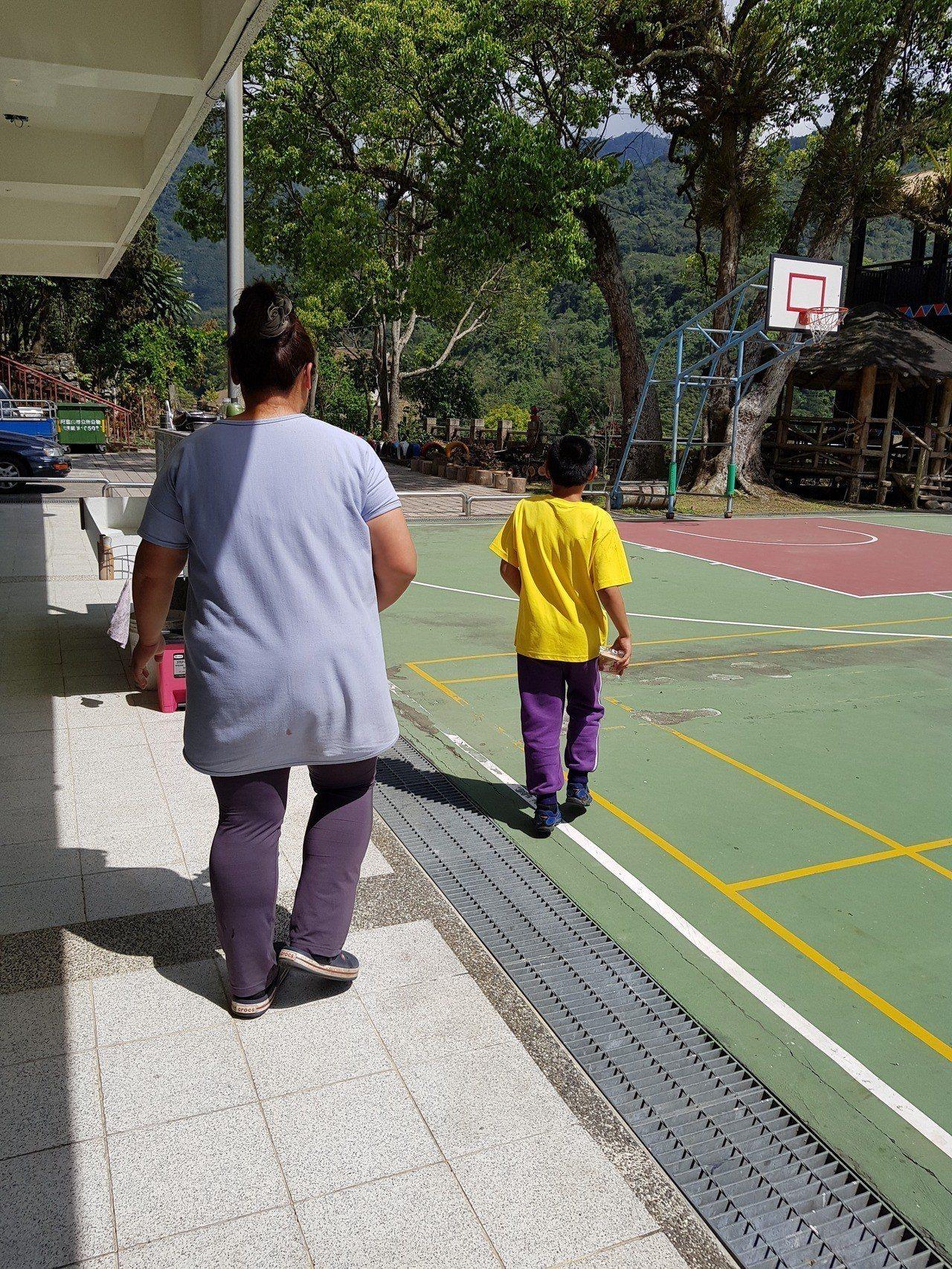 阿里山上的「小賢」,在老師的幫助下,學習生活自理。記者彭宣雅/攝影