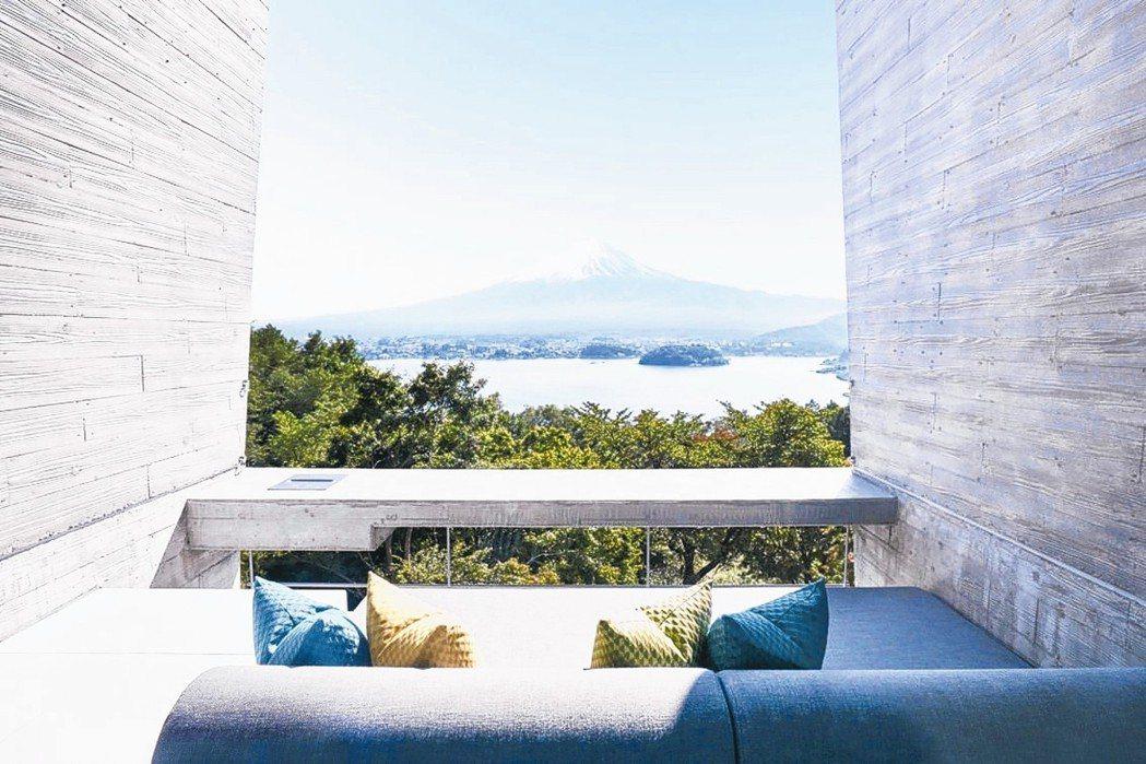 坐在「星野虹夕諾雅富士」陽台邊,眼前就是一幅富士山風景畫作。 圖/有行旅提供