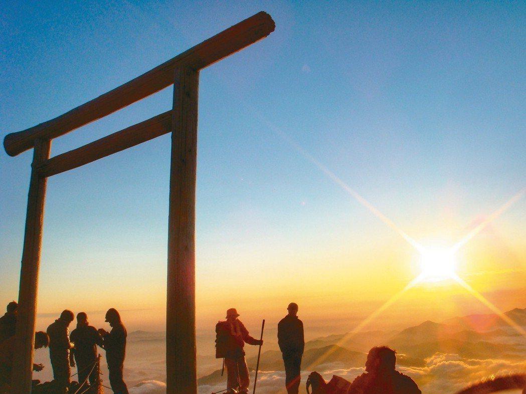攻頂富士山並朝聖御來光,是許多登山客的夢想清單之一。 圖/有行旅提供