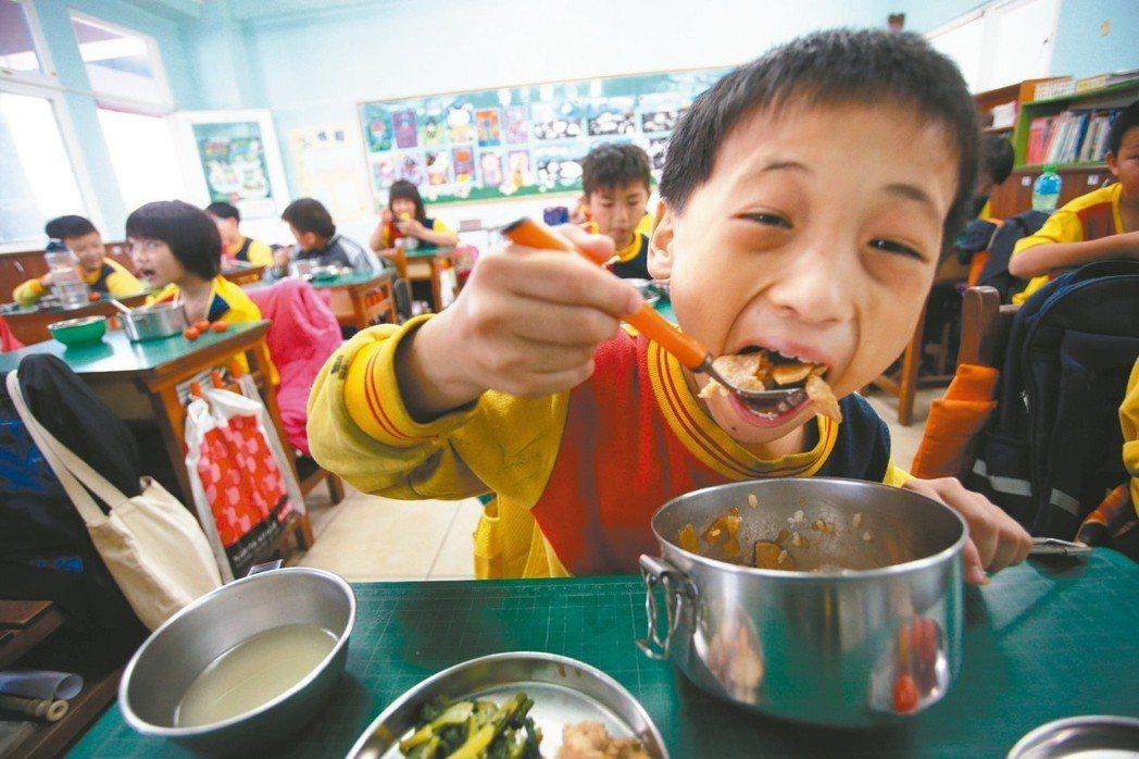 農委會推動學校午餐採「四章一Q」食材,偏遠學校憂心因運費使成本增加。 記者劉學聖...