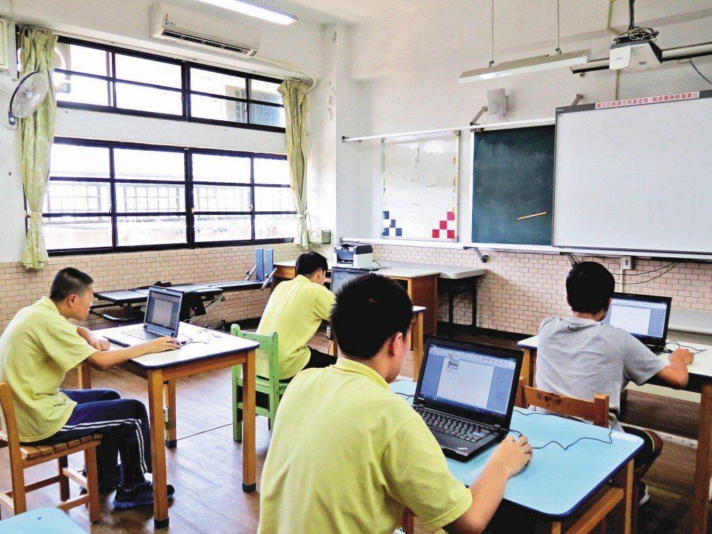 國中小教室裝不裝冷氣,近來掀起不少討論。 記者張裕珍/攝影