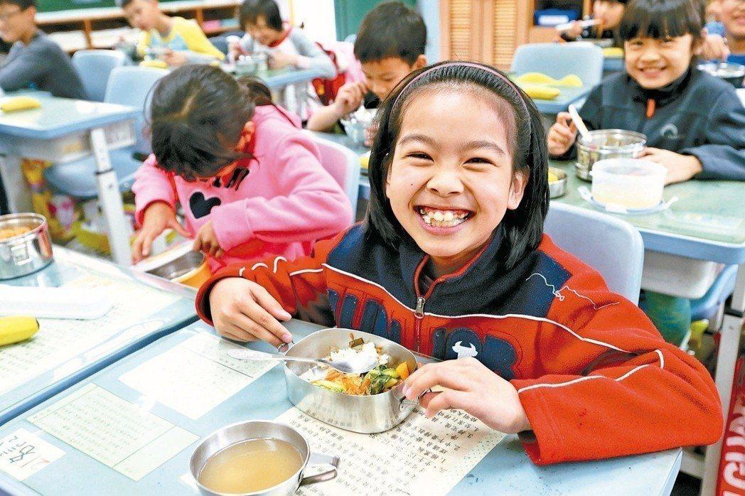 在孩子天真笑容下,大人有責任把校園午餐辦得更營養、更美味,讓食育融入孩子的午餐。...
