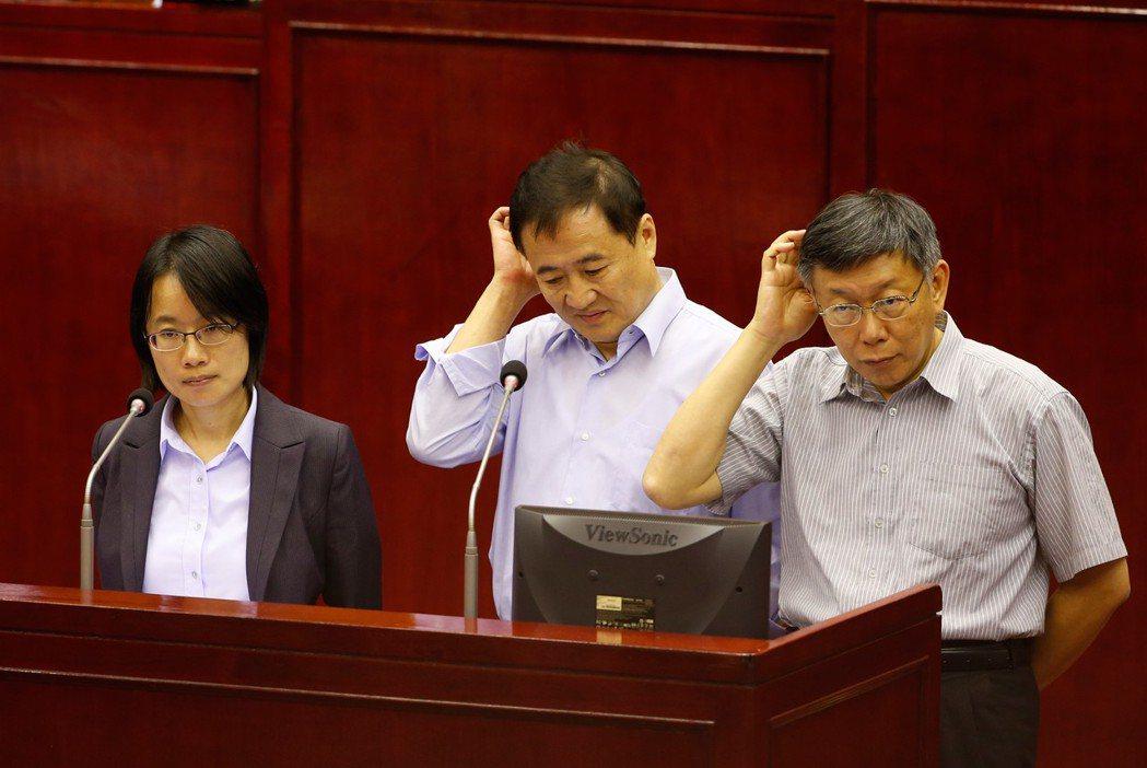 台北市長柯文哲(右)形容吳音寧是「誤闖叢林的小白兔」,吳音寧(左)表示,她不接受...