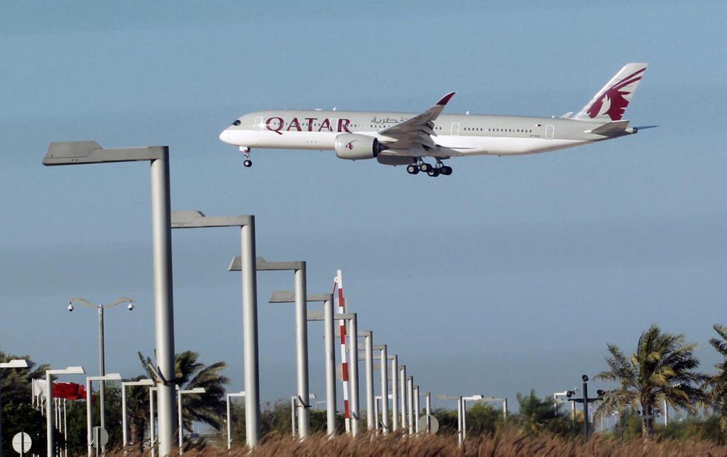 卡達航空班機目前多半借道伊朗領空飛行。 路透