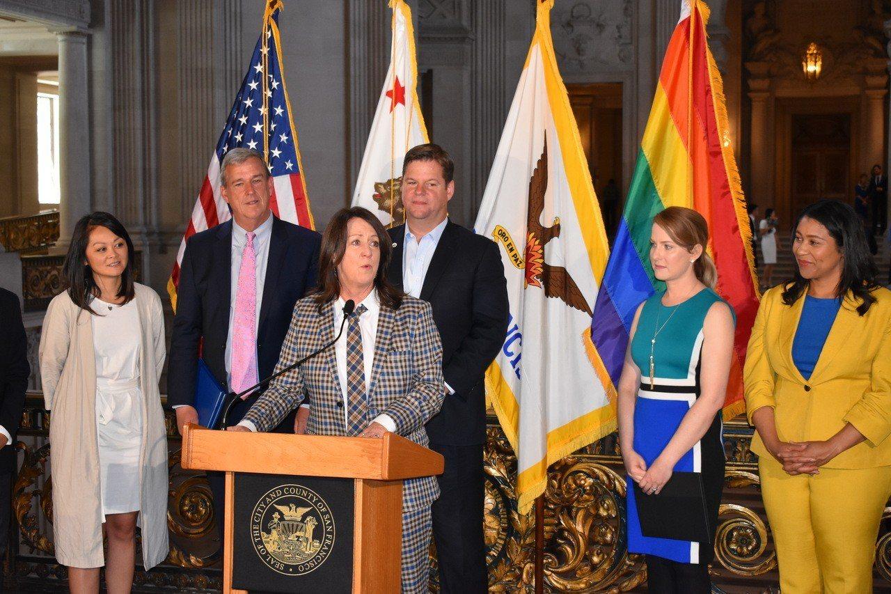 舊金山市長麥法恩親手升起彩虹旗,宣布6月為舊金山同志榮耀月。 世界日報記者黃少華...
