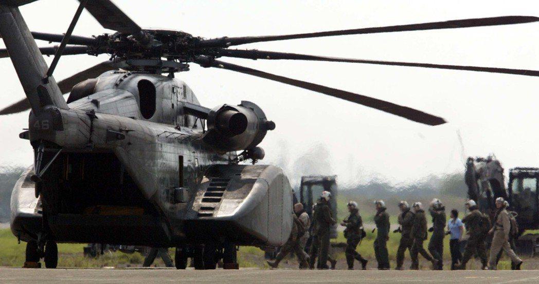美軍超級種馬CH-53E型直升機降落台南空軍基地,機身有明顯的美國國旗及單位軍徽...