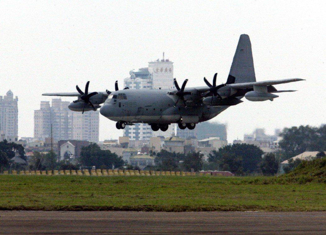 美軍海軍陸戰隊KC-130J運輸機在台灣軍用機場降落,引起外界矚目。 本報資料照...