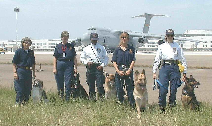 美國維吉尼亞州費爾法克斯救難隊完成集集大地震救援工作,五名女隊員攜帶救難犬在美國...