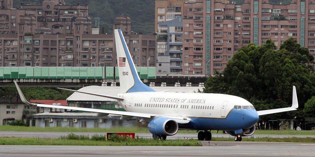 2012年5月,美國國會訪華團搭乘美軍專機降落在松山軍用機場。 本報資料照片/記...