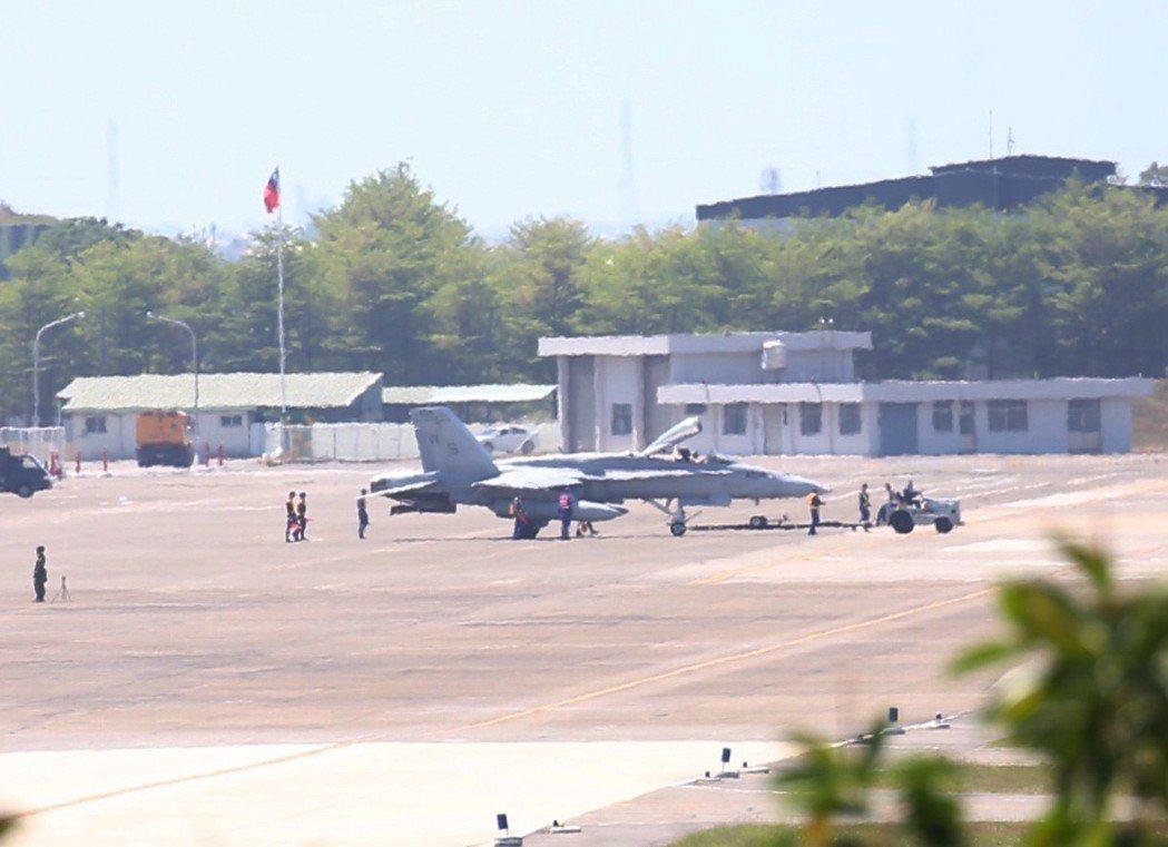 美軍F-18軍機日前因故障迫降在台南機場。 本報資料照片