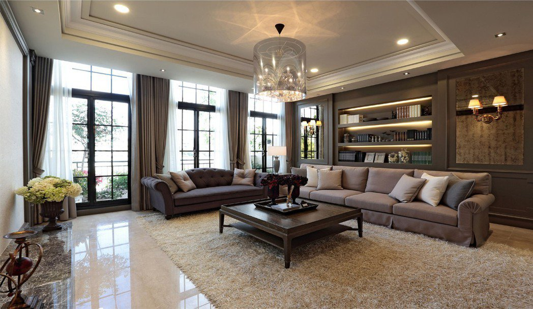 客廳挑高3米6,復古的大面低檯度格窗,光線穿透而入,輝映著客廳細緻滑膩的舊米黃石...