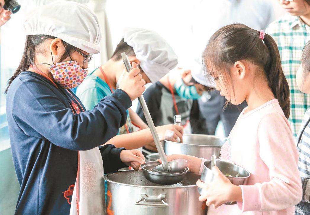 每個縣市的營養午餐預算金額有著極大差距,圖為學童分裝營養午餐的示意圖。圖/報系資...
