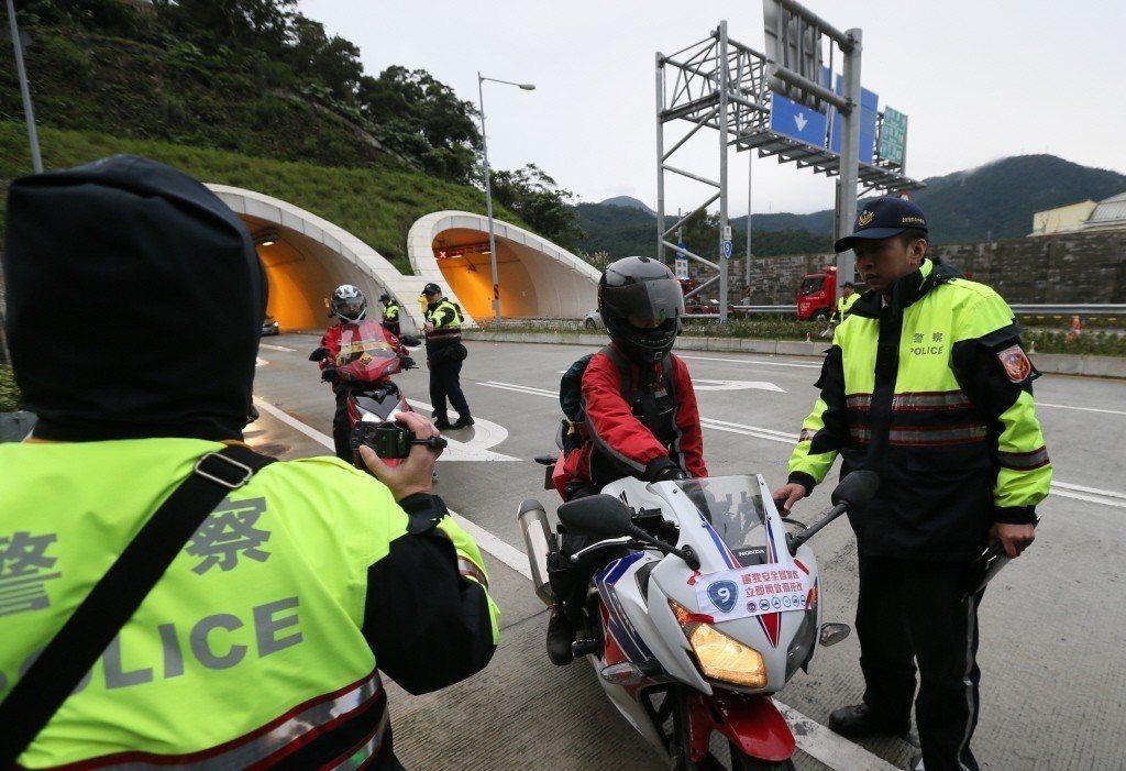 不滿蘇花改禁行機車,重機騎士在蘇澳隧道出口端遭警方攔阻開單。 圖/聯合報系資料照