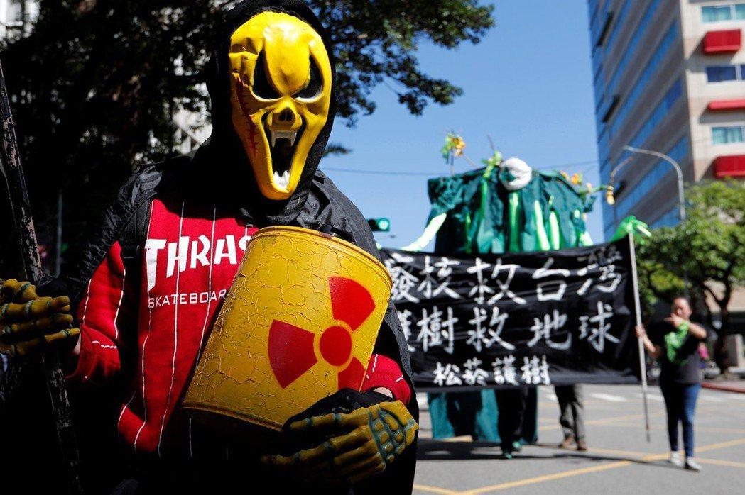 深澳電廠蓋不成,因此也一直出現重啟核四的呼聲,建議用核電來彌補火力發電的不足。 圖/路透社