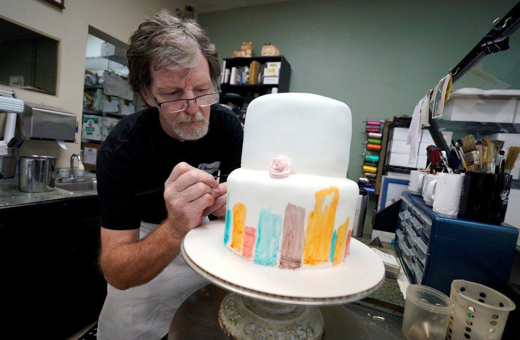 因宗教信仰而拒絕替同志伴侶製作結婚蛋糕的菲力普斯(Jack Phillips),...