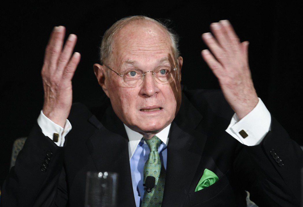 在最高法院的投票中,最為外界矚目的人是曾以裁定同性婚姻合法而著名的大法官甘迺迪(...
