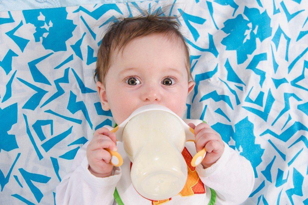 專業醫師表示,乳品含有豐富的鈣質及蛋白質,可提供寶寶牙齒、骨骼等發展需要,即使一...