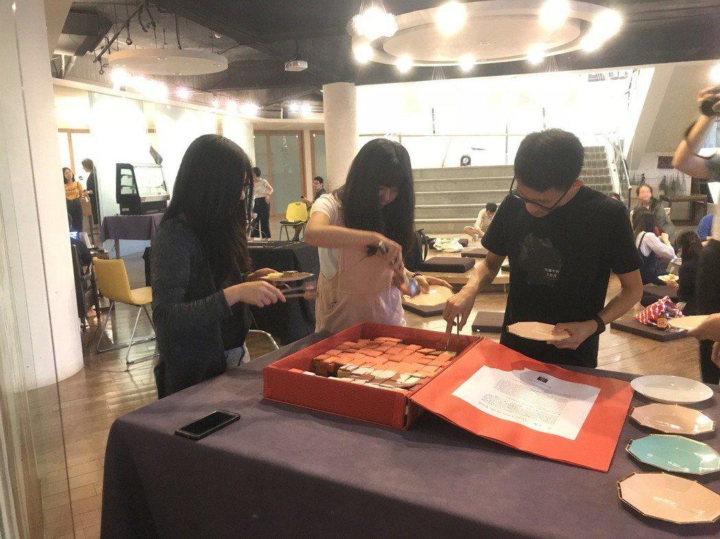 政大學生設計一系列的五感體驗活動,包含以12種口味的蛋糕,排列出美味的一本書,讓...