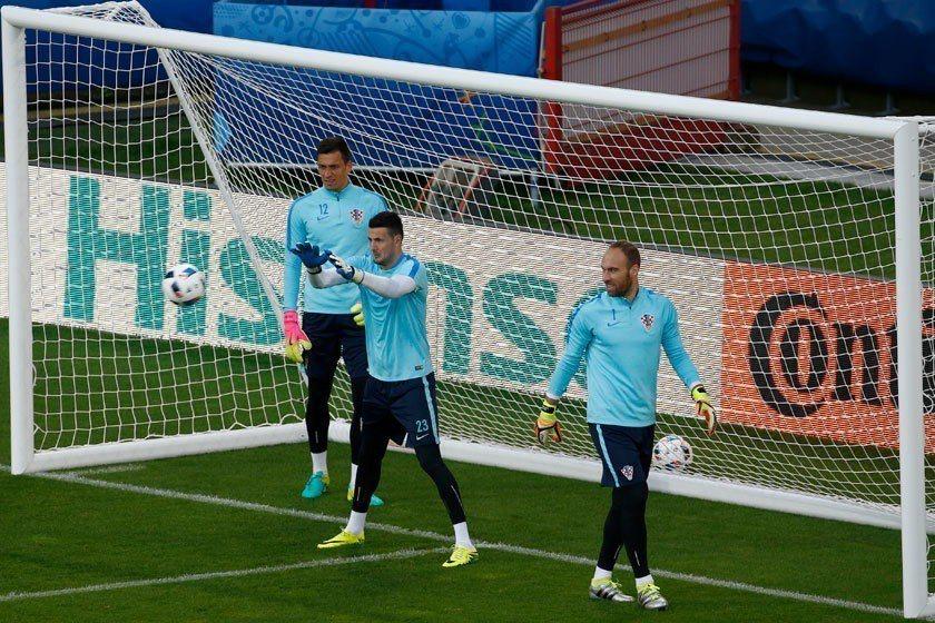 克羅埃西亞門將卡力尼奇(左)是本屆身高最高的球員,他的隊友蘇巴西奇(中)也有19...