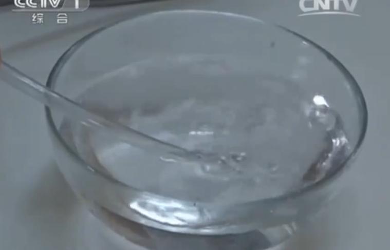 橡膠軟管模擬成孩童的氣管,塞入有救命孔的筆蓋,再對軟管吹氣,水內產生了氣泡,代表...