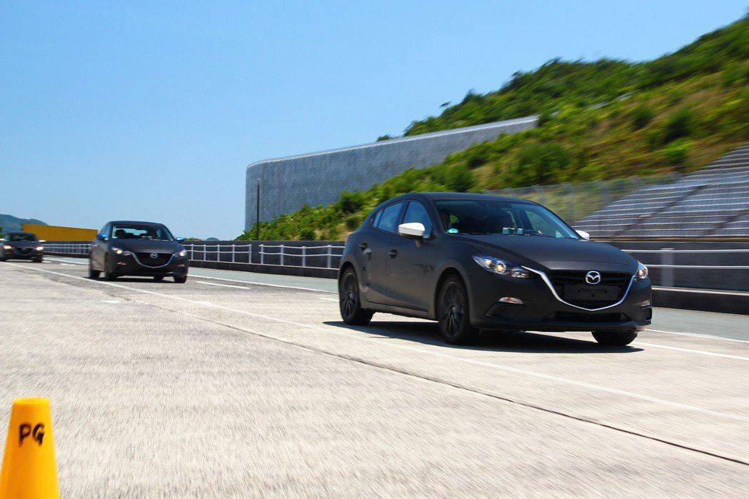 早在2017年9月Mazda就已經打造多輛原型車,並運送到美國、歐洲等地邀請當地媒體體驗並逐步開始進行微調。 記者張振群/攝影