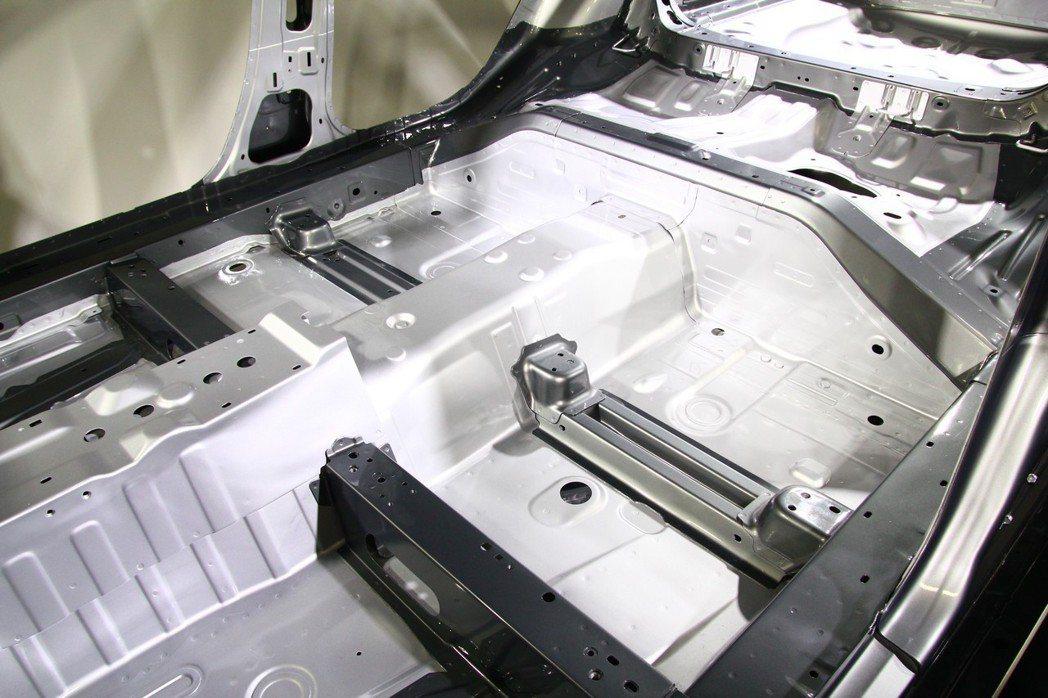 Skyactiv-Vehicle Architecture車體技術,透過橫向與縱...