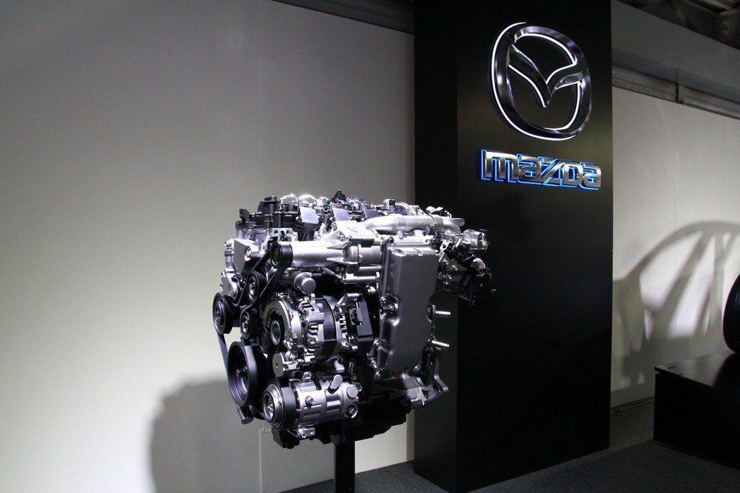不走小排氣量渦輪技術,Skyactiv-X引擎結合汽油引擎火花點火燃燒,以及柴油引擎的壓燃爆炸技術,提升中、低轉速動力輸出之餘,更能減少20-30%的燃油消耗。 記者張振群/攝影
