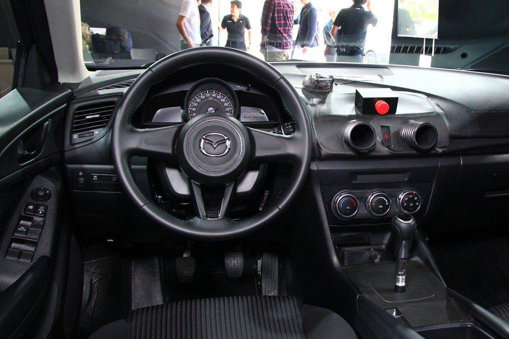 原型測試車內裝當然一切從簡,但試駕過程中令人印象最深刻的手排車型,則能更細膩控制...
