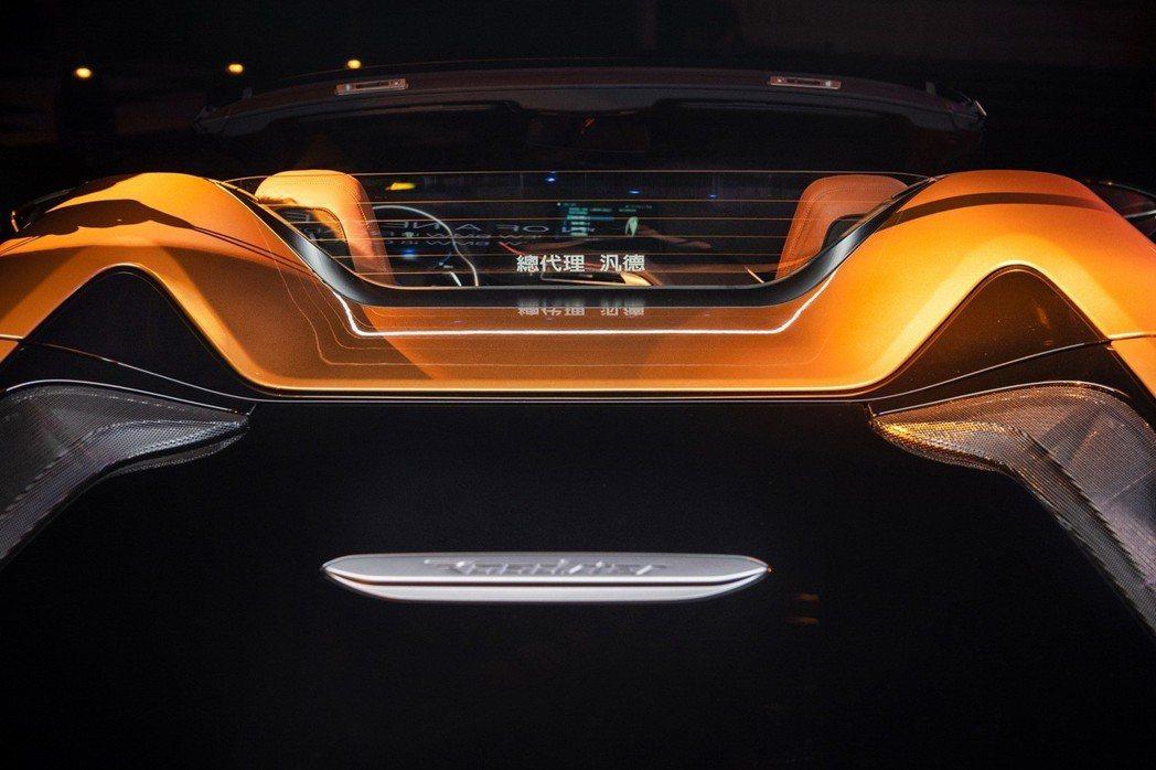 當全新BMW i8 Roadster開篷時,具迴風網效果的後擋玻璃會自動升起,也...