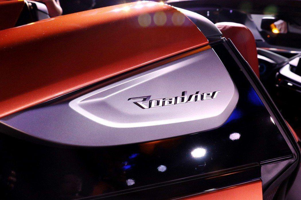 """全新BMW i8 Roadster的C柱鑲嵌了""""Roadster""""字樣的車型銘牌..."""