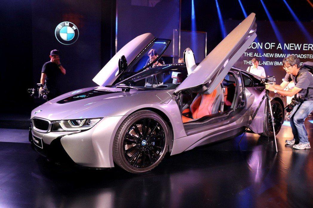 全新BMW i8 Coupe與BMW i8 Roadster皆採用上掀式鷗翼車門...