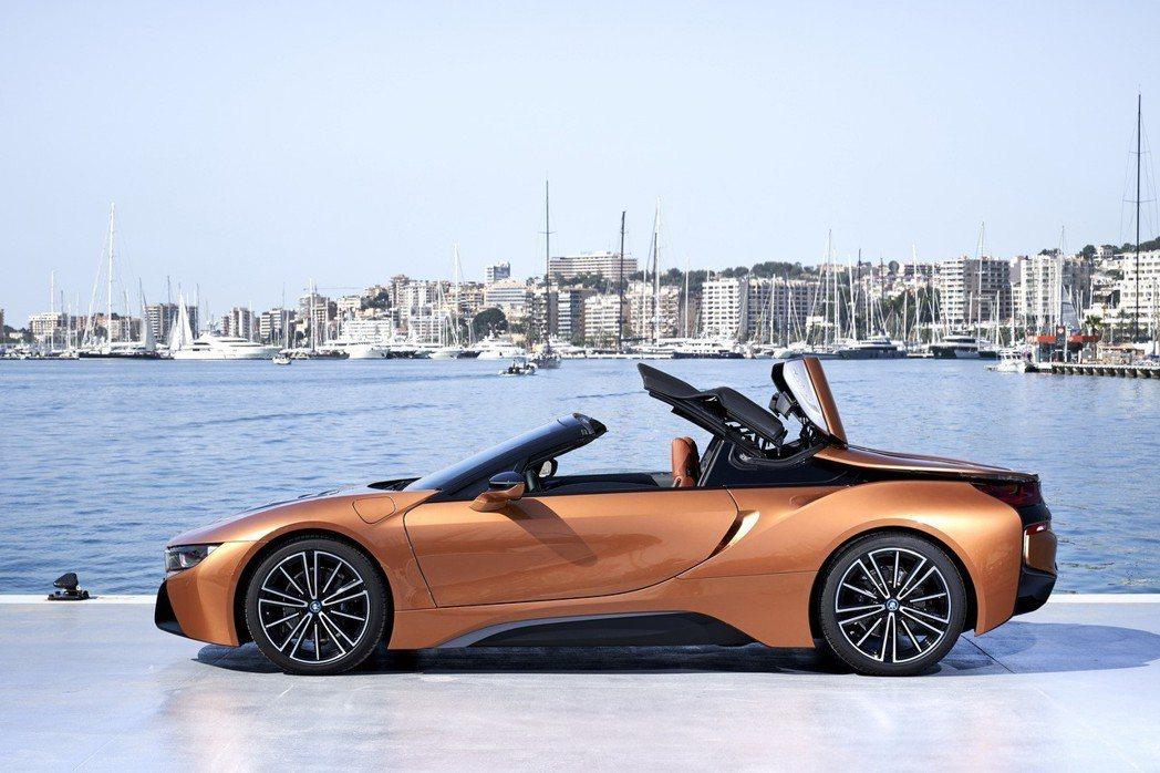 全新BMW i8 Roadster當車速在時速50公里以下時,可在15秒內完成開...