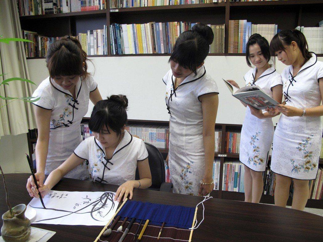 傳統書法教學融入應用領域,創造中文創意新價值。 林凱祥/攝影