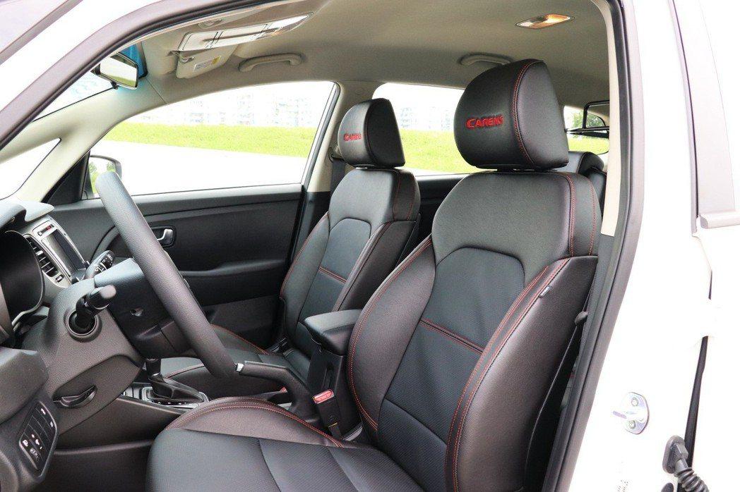 座椅部分則是以紅色縫線對比出黑色真皮的質感。 記者陳威任/攝影