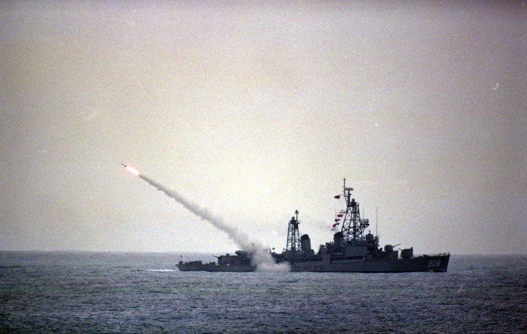 1994年國軍「漢光十一號」在台東知本演習,李登輝總統親臨校閱。圖為海軍「成功號...