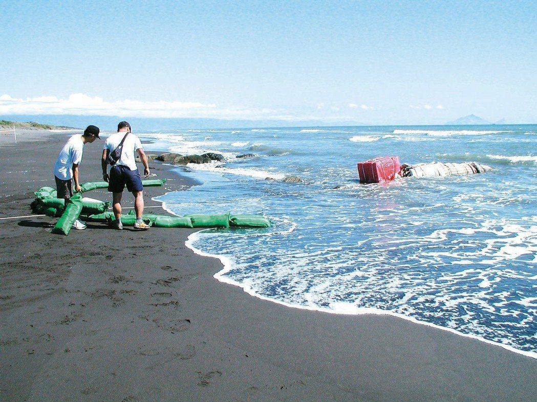 2003年漢光演習時失控未爆的德製重型魚雷,在宜蘭五結鄉海邊被釣客發現,軍方拿棉...
