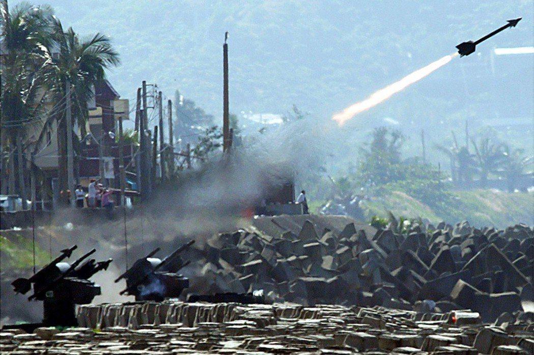 2003年10月14日「漢光補考」,海軍又「凸槌」,錯失靶艦,圖為檞樹飛彈發射時...