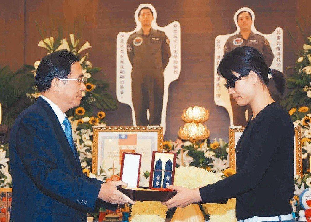 陳水扁(左)前往弔唁2007年漢光23號演習不幸殉職的飛官,並追晉授階。 圖/聯...
