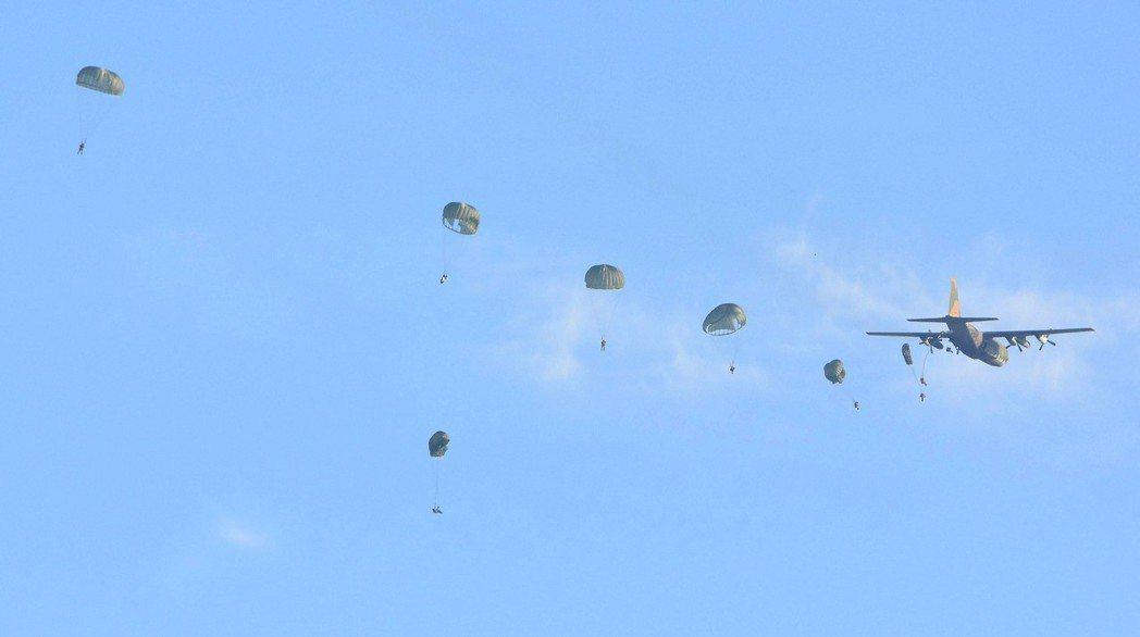 軍事迷拍到航特部傘兵秦良丰在清泉崗跳傘時的意外時畫面,傘兵腳部看似被繩子纏住。 ...